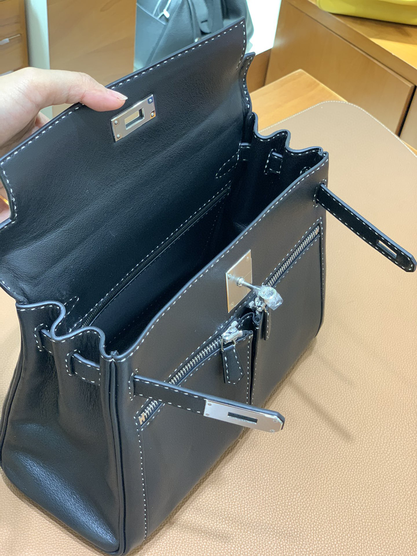 Hermès(爱马仕)Kelly lakis 黑色 swift皮 双色线 银扣 28cm 现货